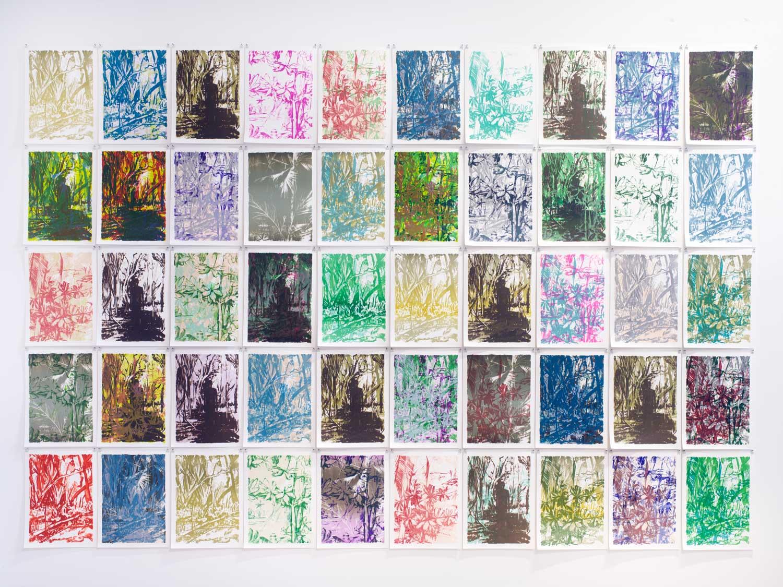 Die Abbildung zeigt ein Raster von fünf mal zehn Lithographien mit tropischen Motiven in breiter Farbpalette von dunklen Violetttönen bis Zitronengelb.