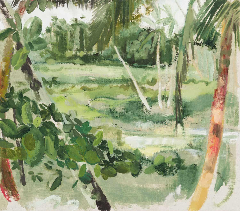 Tropische Landschaft auf Sansibar. Es ist in leichten Grüntönen gehalten. Im Vordergrund sind Palmen und Urwald zu sehen. Die Szene öffnet sich im Bildmittelgrund zu einer Grasebene, die im Hintergrund von Wald begrenzt ist.