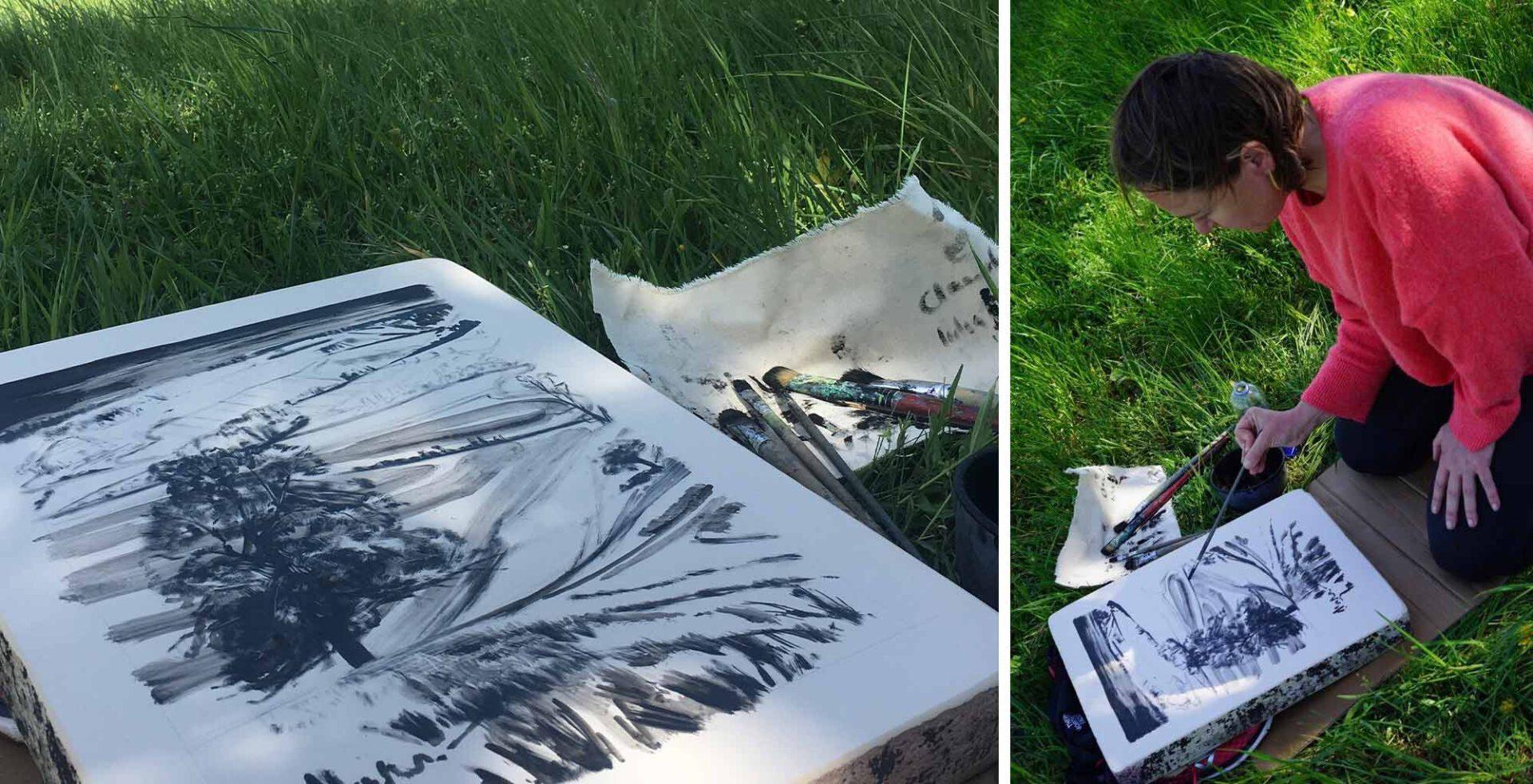 Die Collage besteht aus zwei Bildern. Im Bild links liegt ein bezeichneter Lithographie-Stein im Gras. Rechts davon liegen Pinsel. Der Stein zeigt eine Landschaft mit einem Baum als zentrales Element. Das Bild rechts zeigt Yvette Kießling mit Pinsel in der rechten Hand beim Arbeiten am Lithographie-Stein.